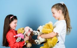 Toy Shop De Dag van kinderen kleine meisjes met zacht beerspeelgoed Gelukkige kinderjaren handmade naaiende en diy ambachten spee royalty-vrije stock afbeeldingen
