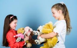 Toy Shop El d?a de los ni?os peque?as muchachas con los juguetes suaves del oso Ni?ez feliz handmade costura y artes diy Patio imágenes de archivo libres de regalías