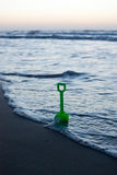 Toy Shovel en la playa Fotos de archivo libres de regalías