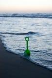 Toy Shovel på stranden Royaltyfria Foton