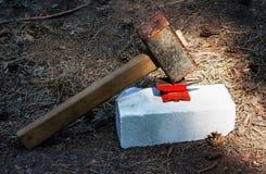 Toy Small Anvil And Huge Rusty Hammer imágenes de archivo libres de regalías