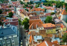 Toy Small Town anziano di Tallinn con i tetti di mattonelle rosse tradizionali, E fotografia stock