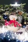 Toy Snowball sitzt unter einem Weihnachtsbaum Lizenzfreie Stockfotos