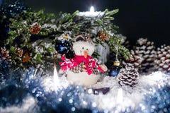 Toy Snowball sitzt unter einem Weihnachtsbaum Lizenzfreie Stockbilder