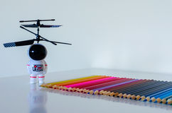 Toy Spaceman die van het frontale kind naar een reeks van kleurrijk p kijken Stock Foto's