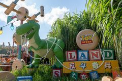 Toy Story στο Χονγκ Κονγκ εδάφους της Disney, μπλε ουρανός ημέρας ζωηρόχρωμος και ευτυχής Στοκ Εικόνες