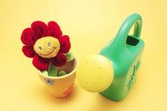 Toy Sunflower och att bevattna kan royaltyfri bild