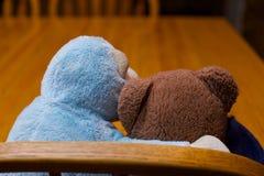 Toy Teddy Bear Hugging Monkey Friendship-Zusammengehörigkeits-Unterstützung Lizenzfreies Stockfoto