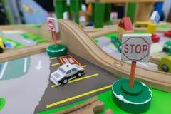 Toy Traffic ledning gjorde av trä för hjärnutveckling royaltyfri fotografi