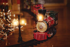 Toy Train med jultema Arkivfoto