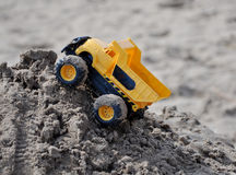 Toy Truck auf dem Sand-Stapel Lizenzfreies Stockbild