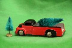 Toy Truck avec l'arbre de Noël photos stock