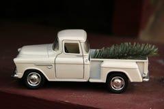 Toy White Truck avec l'arbre de Noël photographie stock libre de droits