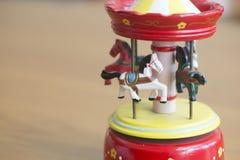 Toy Wooden karusellhästar med gammal tappning ser på Royaltyfri Foto
