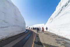 TOYAMA, JAPAN - April 30, 2017: Weg tussen sneeuwmuur van Tate Stock Afbeeldingen