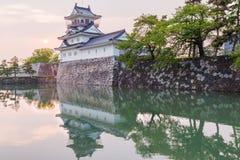 Toyama-Schloss mit schönem Sonnenuntergang und Reflexion im Wasser Stockfotografie