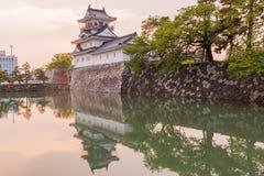 Toyama-Schloss mit schönem Sonnenuntergang und Reflexion im Wasser Stockfotos