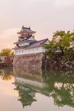 Toyama-Schloss mit schönem Sonnenuntergang und Reflexion im Wasser Lizenzfreie Stockfotografie