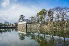 Toyama slott med den insnöade Toyama staden Arkivbild