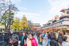 Toyko,日本- 2016年11月28日:在Nakamise Dori的游人步行在Se 库存图片
