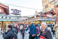 Toyko,日本- 2016年11月28日:在Nakamise Dori的游人步行在Se 图库摄影