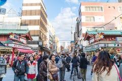 Toyko,日本- 2016年11月28日:在Nakamise Dori的游人步行在Se 库存照片