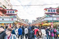 Toyko,日本- 2016年11月28日:在Nakamise Dori的游人步行在Se 免版税图库摄影