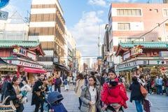 Toyko,日本- 2016年11月28日:在Nakamise Dori的游人步行在Se 免版税库存照片