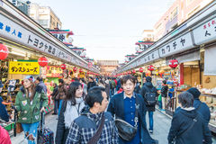 Toyko,日本- 2016年11月28日:在Nakamise Dori的游人步行在Se 免版税库存图片