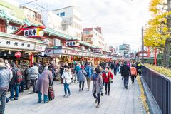 Toyko, Japan - 28. November 2016: Touristenweg auf Nakamise Dori in Se Stockfotografie
