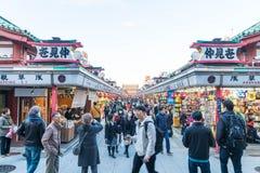 Toyko, Japan - 28. November 2016: Touristenweg auf Nakamise Dori in Se Stockbilder