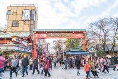 Toyko, Japan - 28. November 2016: Touristenweg auf Nakamise Dori in Se Lizenzfreies Stockbild