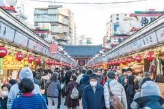Toyko, Japan - 28. November 2016: Touristenweg auf Nakamise Dori in Se Lizenzfreie Stockbilder