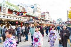 Toyko, Japan - 28. November 2016: Touristenweg auf Nakamise Dori in Se Lizenzfreies Stockfoto