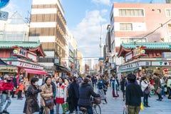 Toyko, Japan - 28. November 2016: Touristenweg auf Nakamise Dori in Se Stockbild