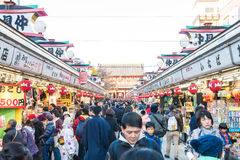 Toyko, Japan - 28. November 2016: Touristenweg auf Nakamise Dori in Se Stockfoto