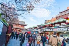 Toyko, Japan - 28. November 2016: Touristenweg auf Nakamise Dori in Se Lizenzfreie Stockfotografie