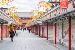 Toyko Japan - 16 November 2016: Turister går på Nakamise Dori Arkivfoton