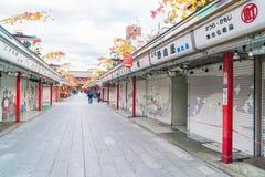 Toyko Japan - 16 November 2016: Turister går på Nakamise Dori Fotografering för Bildbyråer