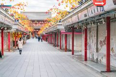 Toyko Japan - 16 November 2016: Turister går på Nakamise Dori Arkivfoto