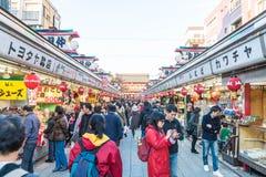Toyko, Japon - 28 novembre 2016 : Promenade de touristes sur Nakamise Dori dans le Se Images libres de droits