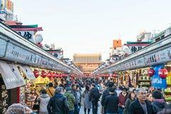 Toyko, Japon - 28 novembre 2016 : Promenade de touristes sur Nakamise Dori dans le Se Photographie stock libre de droits