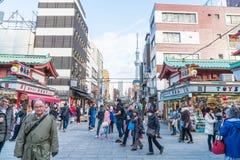 Toyko, Japon - 28 novembre 2016 : Promenade de touristes sur Nakamise Dori dans le Se Images stock