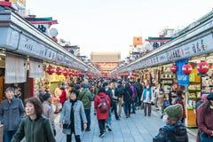 Toyko, Japon - 28 novembre 2016 : Promenade de touristes sur Nakamise Dori dans le Se Photo libre de droits
