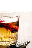 Toyl bil i ett exponeringsglas av whiskyclose upp Royaltyfri Foto