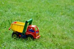 Toylastbil på gräs Arkivbild