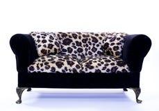 Toyleoparden pälsfodrar soffan Arkivfoton