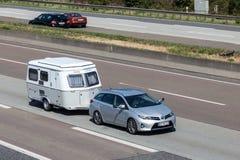 Toyota Auris med en husvagn Fotografering för Bildbyråer
