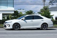Toyota Camry op wegweg Stock Foto