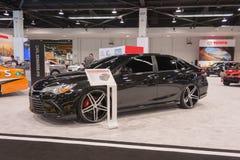 Toyota Camry past op vertoning aan Stock Afbeelding